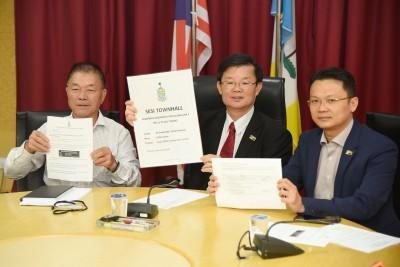 曹观友(中)在林峰成(左)及杨顺兴的陪同下指出,州政府将会确保在收集人民对于第一泛岛大道的意见后,将其纳入计划的考量范围内。
