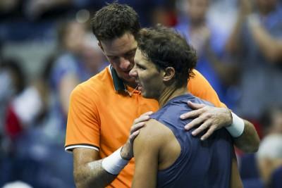 纳达尔在美网半决赛宣布退赛后拥抱对手德尔波特罗(后)。