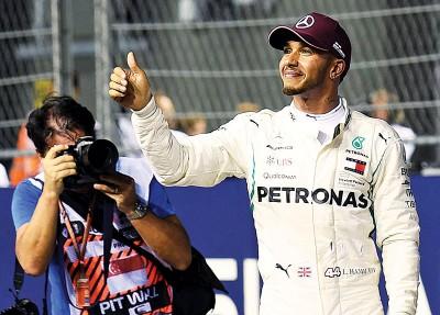 汉密尔顿在喜得新加坡站排位赛杆位之后,离场时向观众开心比出手势。