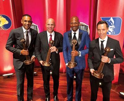 (左起)希尔、基德、雷阿伦以及纳什亲手捧篮球名人堂奖座合影。