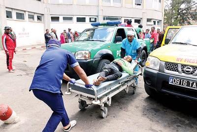 医务人员必须努力工作以应对所有伤害。