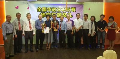 日新独中老师队夺下团体赛冠军与常年杯,由蔡亚汉、骆保林、郑甲,以及叶全发等众嘉宾颁发与陪同见证。