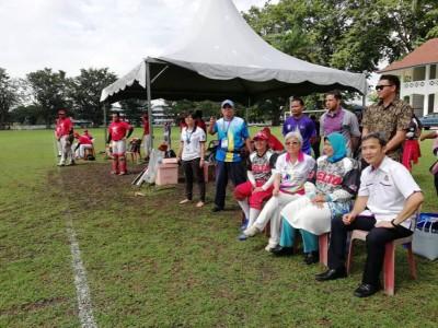 曾经是大马垒球手及教练的祖莱达(右2)在尤端祥(右起)及章瑛的陪同下观赏亚太区大师运动会垒球赛。