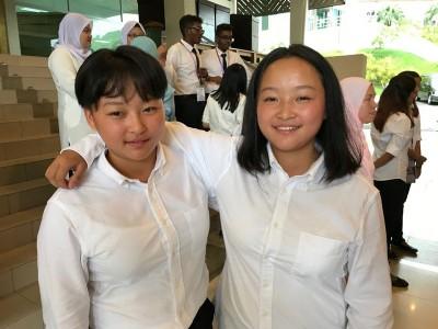 来自中国四川成都的李诗韵(左起)及李诗颖表示适应本地的饮食,唯一不适应的是天气,所以妹妹诗韵将长发剪短。