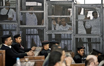 埃及法院周六对2013年静坐示威案宣判,包伊斯兰教领袖在内的75人口被判死刑。(法新社照片)