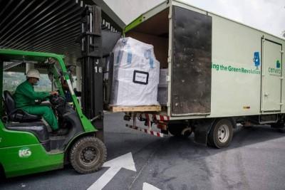 工作人员在运送毒品过程中戴口罩,以策安全。