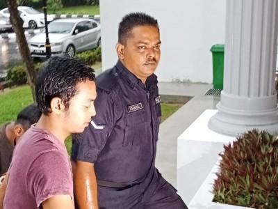 被告(左)被警员带往法庭面控时神情淡定,毫无闪避媒体镜头。