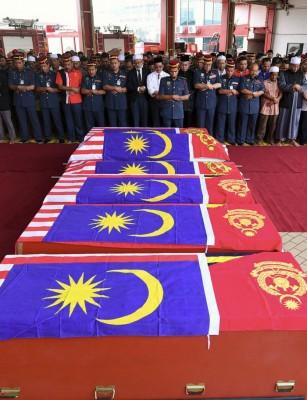 6何谓殉职消拯员的棺木皆盖上国旗,送回故乡安葬。