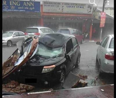 永安镇商店广告牌被吹倒,猛砸在轿车上,触目惊心。