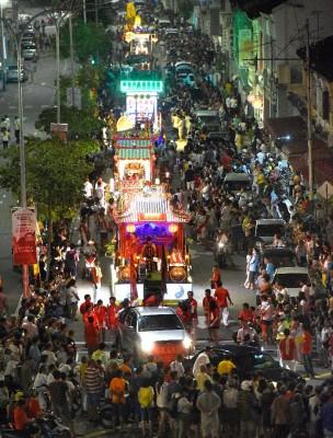 上千名善信齐聚香港巷斗母宫后,一步一脚印恭送九皇大帝圣驾回銮,场面热闹非凡。