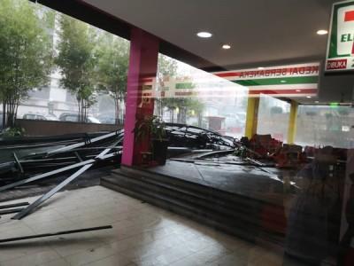 商业广场后门商店遮阳台倒塌。