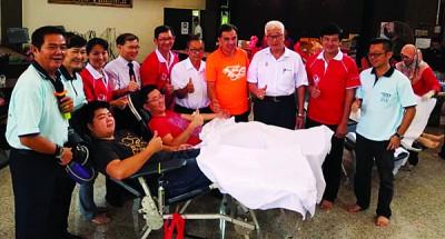 左起陈通海、陈秋芬、林丽丽、福安、陈义鸣、洪铷鸿、孙意志、彭文宝、彭文宗和蔡斯俊共同支持这项捐血运动。