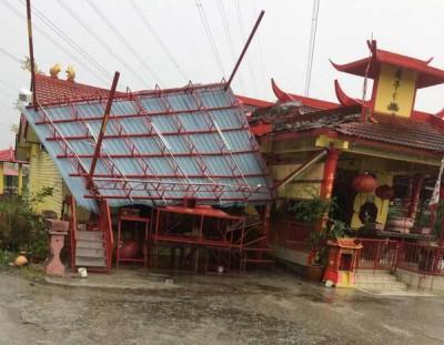 搭建的阳棚不堪风力纷纷倒塌。