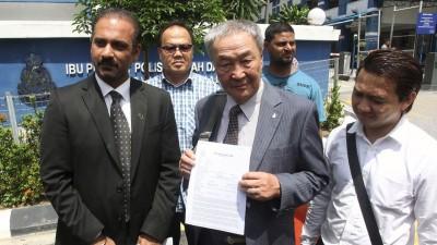 沙里布(中)索偿1亿令吉的诉讼申请周一遭高庭驳回。(档案照)