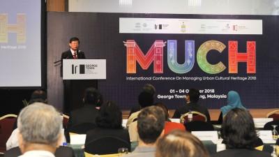 """槟首长曹观友为""""2018年城市文化遗产管理国际研讨会""""主持开幕。"""