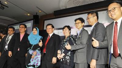 槟首长曹观友(左4)与左起罗兴博士、黄汉伟、再娜依布拉欣、千叶茂惠、洪敏芝、郑来兴和魏子森一起合照。