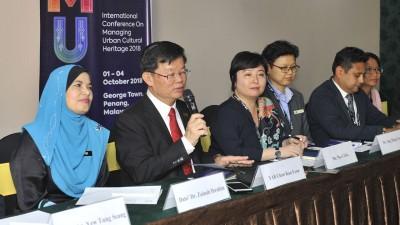 槟首长曹观友(左2)在左起再娜依布拉欣、千叶茂惠、洪敏芝、罗兴博士等人陪同下,召开记者会。