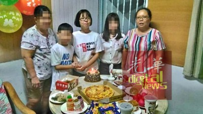 死者谢欣慧(中)于2017年的庆生会,右1为其母亲。