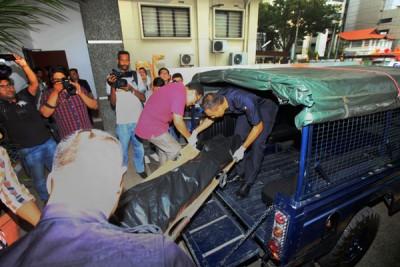 王志凯(10岁)是于上周二(9月25日)和母亲林美婷(28岁)被发现昏迷在市区一家酒店房内。母亲当时已毙命。图为林美婷当时被移离现场。