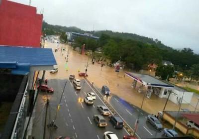宜力市中心发生闪电水灾,上班族受到影响。