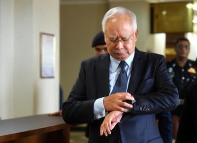 纳吉准备步离法庭时,在押一圈表,此举耐人寻味。