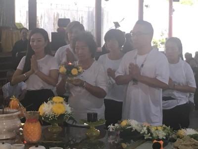 家属致祭,刘母林查某献灯。