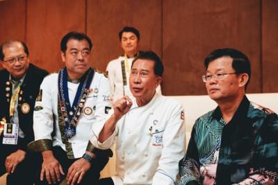 甄文达认同槟城美食为全球美食。右为曹观友,左2为谢丕俐。