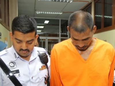 41东的拖格罗里司机(右)星期一让带向江沙法庭申请延扣。