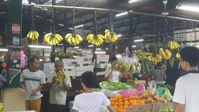 民众仍到巴刹购买香蕉与其它水果,不受该消息影响。