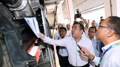 陆兆福向国家基建公司人员了解4节车厢火车的状态。