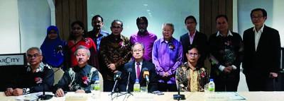 马来西亚私人执业医生联合会成员与李文材(前左3)合影,前左2为周锦荣,前右1为莫哈末达祖丁。