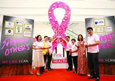 李文材(左3)为「粉红丝带健康醒觉运动」主持推介礼,左起林妍均、谢征宁,右起廖天骅、马秀兰、朱美施及卢庆豪。