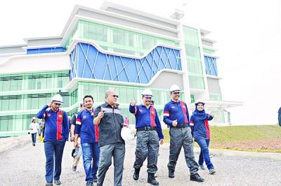 阿兹斯(右2)巡视玻州警察新总部大厦的建筑工程。
