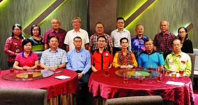 霹雳州董联会、教师联合会与校长职工会在周日联席会议上探讨州内华校的问题,前排左3为李官仁。