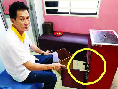 陈廷辉指着匪徒撬开油钱箱的干案工具。