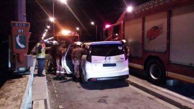 自愿消防队与大道巡逻队抵达现场劝说轿车内企图自杀的妇女。