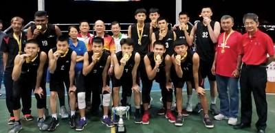 荣获男子冠军的Black Rino军队,后排左3自打吗纪赛金、锺瑞丰、林达宽、上綵甡及(左13)邱智坚,啊的颁奖及证人。