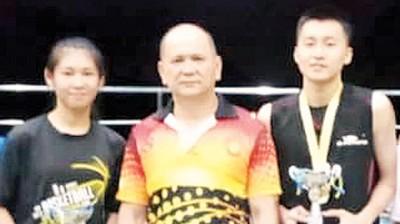最佳运动员奖项,出于锺念庭(左)和胡俊贤(右)得到,林达宽颁奖。