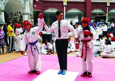 狮尾跆拳道班林少云(左)成功在个人搏击中勇夺金牌宝座。