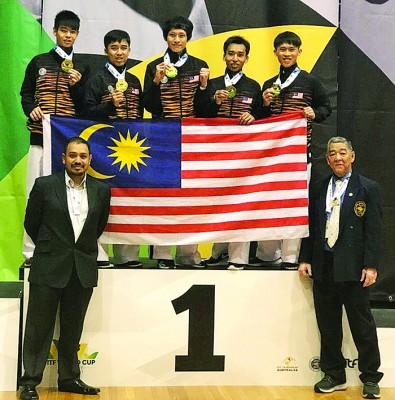 荣获男子团体赛冠军的马来西亚国际跆拳道协会, 左起为黄俊衔、张义伟、施建标、黄俊荣及李鸿玮,前排左为主席拿督萨纳兹,前排右为永久主席姚正发。