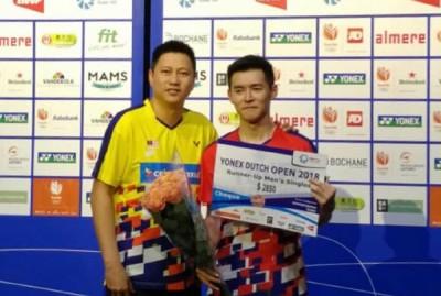 詹俊为(右)赛后领奖,取得荷兰公开赛亚军奖金2850美元(约1万1850令吉)。