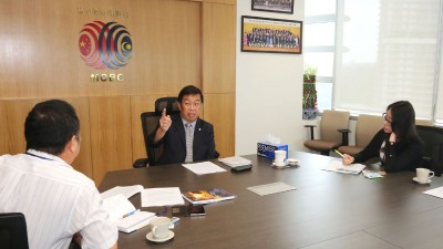 陈国伟受《光日报》长日报访问时,针对重点课题侃侃而谈。