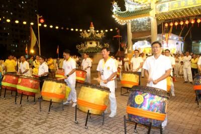 右起光大州议员郑来兴、杨庆和、彭加兰哥打州议员魏子森和槟岛市议员王宇航等,一起为头条路斗母宫回銮击鼓壮声势。