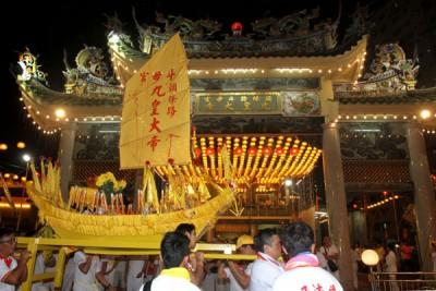 头条路斗母宫皇船回銮,迎来千人相送。