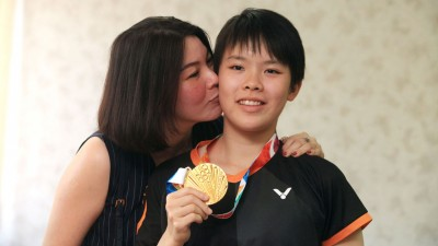 """吴堇溦(右起)与妈妈骆美心出席槟州政府在光大举行""""欢迎归来记者会""""。"""