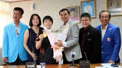 孙意志(右3)代表槟州政府欢迎载誉归国的吴堇溦(左3)。左起为梁建荣、骆美心,右起为许庆吉、陈德安。