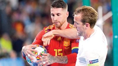 西班牙后卫拉莫斯(左)与英格兰队长凯恩(右)在争球。