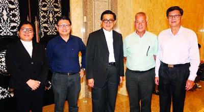 张锦祥(右1)等人出庭听审后,与黄觥发(左2)谈笑风声。