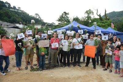 槟城论坛成员及逾30位双溪赖、垄尾、亚依淡居民在施工地外,为土崩案的一众罹难者致哀。