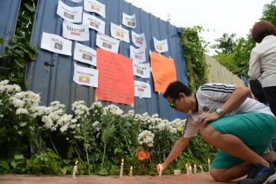 参与者在现场外点燃蜡烛及献上鲜花等,为罹难者哀悼。